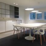aménagement salle de réunion table et meubles